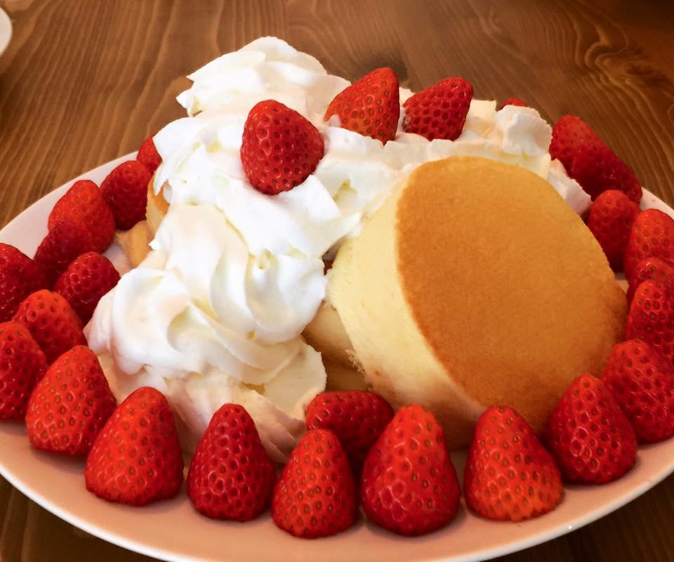 苺もりもりスフレパンケーキ
